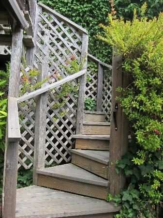 Alegria Oceanfront Inn and Cottages: Stairs up to the TREE HOUSE