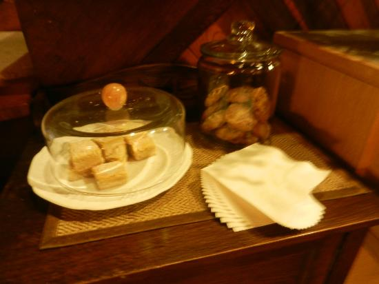 Alegria Oceanfront Inn and Cottages: ALL YOU CAN EAT LEMON BARS AND COOKIES!