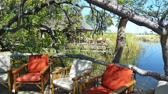 Camp Xakanaxa: Areas de descanso y comedor al fonde, sobre el Okavango