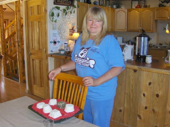 Mountain Goat Lodge: Hostess Gina with cooking class samples