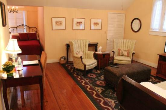 Eva's Escape at the Gardenia Inn: Desert Blossom Sitting Area with Empire Daybed and Full Bed
