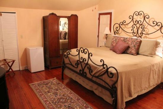 Eva's Escape at the Gardenia Inn: Desert Blossom Private King Bedroom