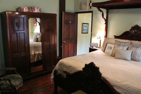 Eva's Escape at the Gardenia Inn : Liliy Room