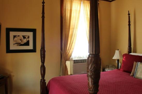 Eva's Escape at the Gardenia Inn : Magnolia Queen Bedroom with four poster bed