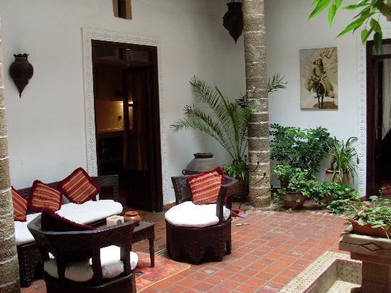 Dar Ness: Courtyard & breakfast tables