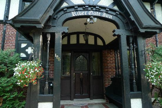 River Gate Inn: entrance way to inn
