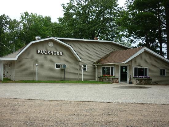 Buckhorn Resort Motel and Lodges: バー・カウンターとテーブル席とビリヤード台があります