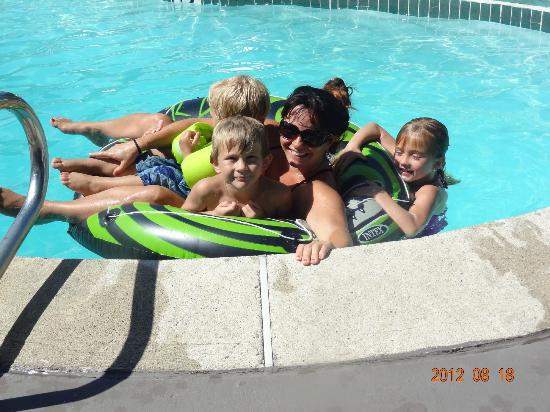 BEST WESTERN Gold Country Inn: fun swimming in the pool