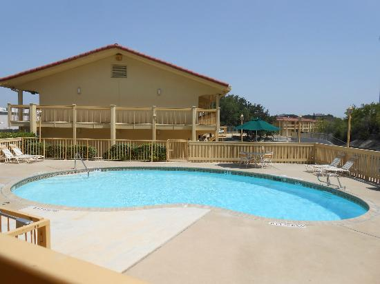 La Quinta Inn San Antonio Lackland: The pool was always clean... crystal clean...
