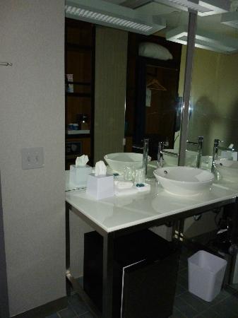 Aloft Phoenix-Airport: roomy sink area, mini fridge underneath