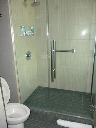 Aloft Phoenix-Airport: clean bathroom