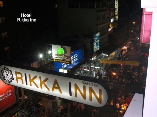 Vista da Khaosan Road da cobertura do Rikka Inn