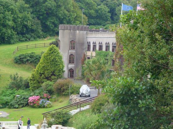 Abbeyglen Castle Hotel: View of Abbeyglen from the road