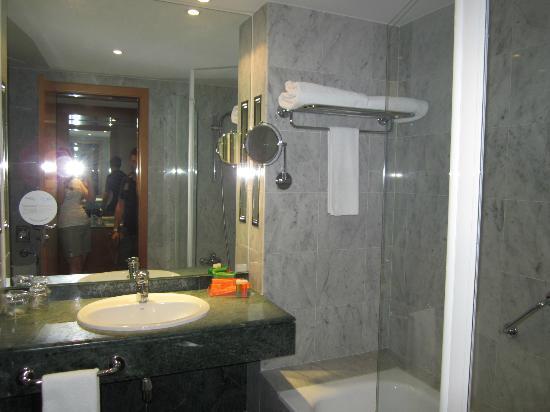 NH Malaga: bagno camera standard
