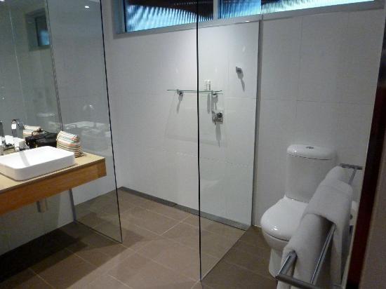 Royal Mail Hotel: Large shower and toilet