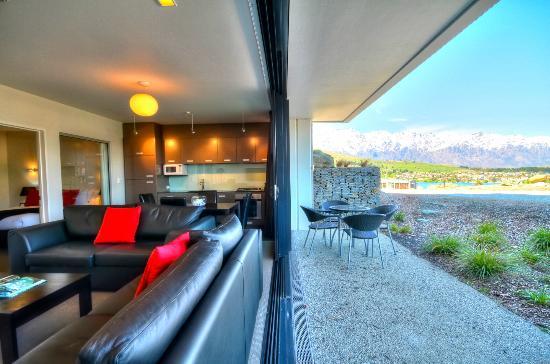Alpine Apartments: Lounge/Patio