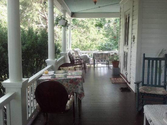 ‪‪Highlawn Inn‬: Porch