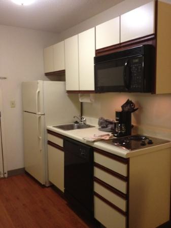 Hawthorn Suites by Wyndham Hartford Meriden: kitchen area