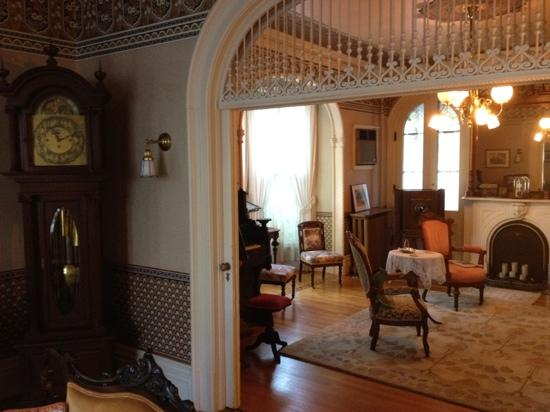La Belle Vie Bed & Breakfast : First floor parlor