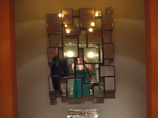 Greektown Casino Hotel: Cool-looking mirror by the elevators