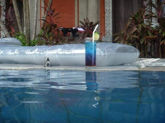 Adi Dharma Hotel: arak punch by the pool :)