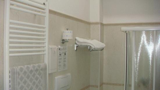 Hotel ABC : Banheiro espaçoso