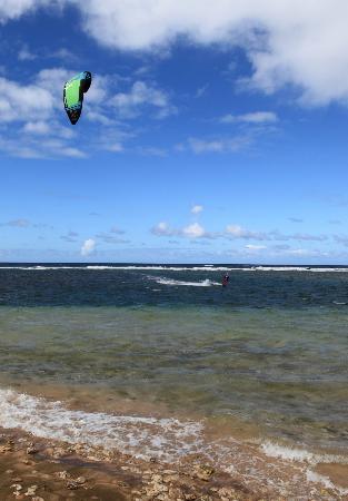 Hale Makai Cottages: Kite boarder off Hale Makai Beach