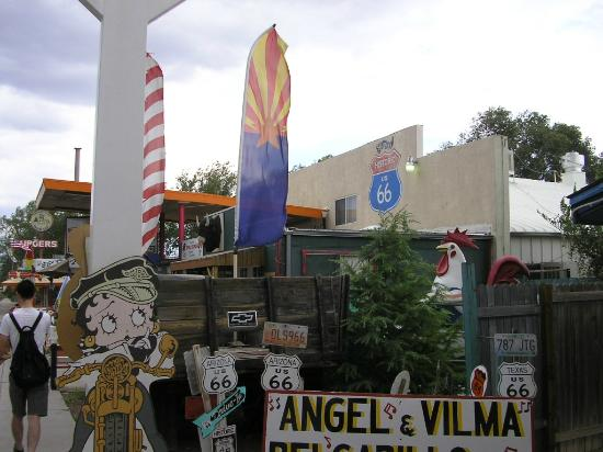 Canyon Tours: ルート66の街セリグマンのエンジェルさんの店付近