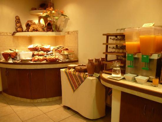 Eco Inn Cusco: Rincón de panes y jugos en el desayuno bufet.