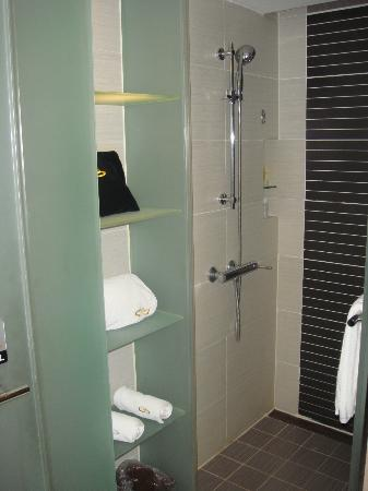 Grand Noble Hotel: Douche italienne ouverte sur la chambre