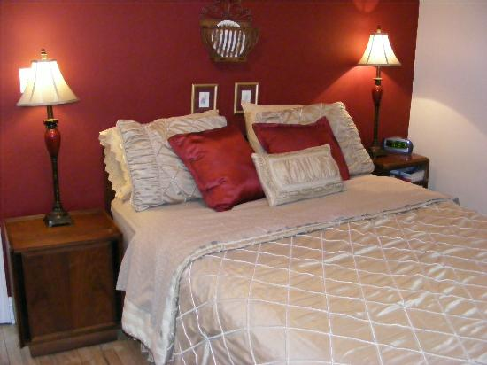 Historic Heights B&B and Events : Ah, look at all of those pillows!