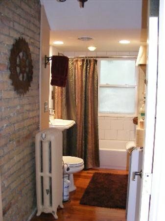 Historic Heights B&B and Events : Watch that step in the bathroom!