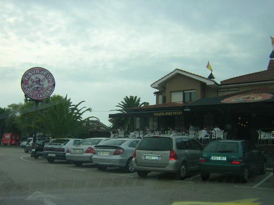 Chateau La Roca Hotel: Pub cercano al hotel