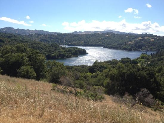 Lafayette Reservoir: Rim Trail looking west