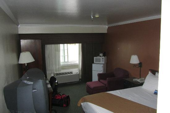 BEST WESTERN Mountain View Inn : Room seen from door/bathroom area
