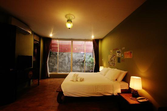 Feung Nakorn Balcony Rooms & Cafe: Suite room : located on the ground floor with direct views of the garden