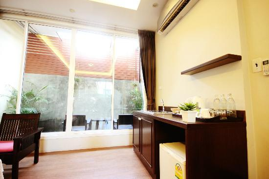 Feung Nakorn Balcony Rooms & Cafe: spacious living room in Grand suite room (can be converted to a 2nd )