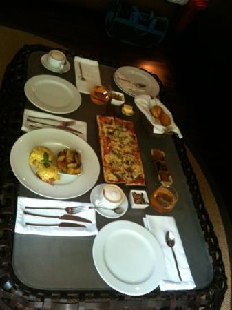 Abaca Boutique Resort: breakfast in the villa