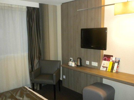 Mercure Caen Cote de Nacre : Flat Screen TV and Work Space