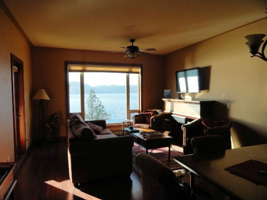 Lake Okanagan Resort: living room