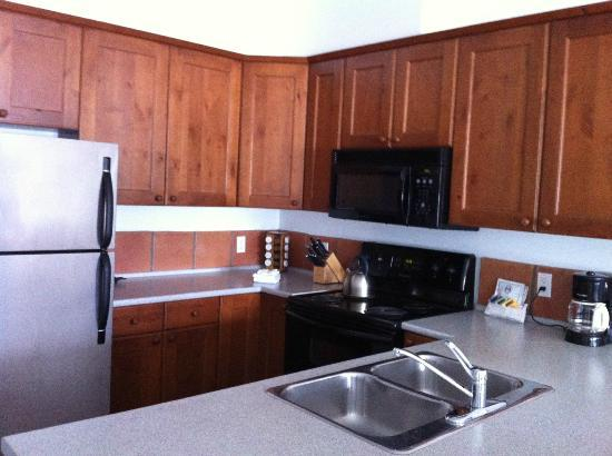 Water's Edge Shoreside Suites: Roomy, well supplied kitchen.