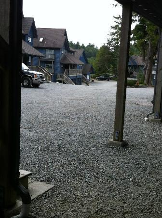 Water's Edge Shoreside Suites : Bring good walking shoes for the long gravel driveway and few paved sidewalks in Ucluelet.