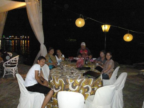 Lantaka Hotel-By-The-Sea: waiting for our dinner plate while observing Hariraya