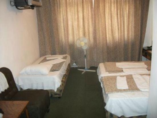 Rivoli Hotel: Трёхместный номер. В двухместных номерах на месте третьей кровать - письменный стол и зеркало.