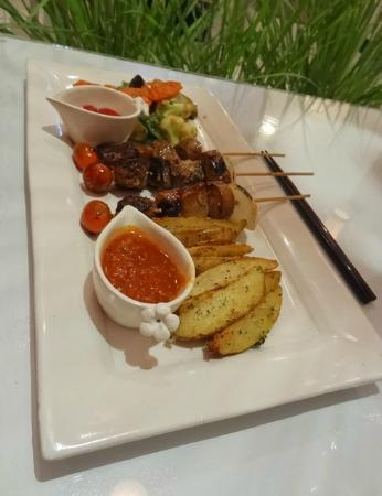 Café del Mar: Our favorite: Pincho de Carne with potato wedges and grilled vegetables