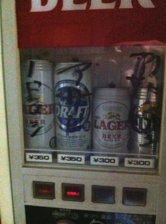 Business ryokan Midori: 館内に酒類の自販機あり。左のノドゴシというのとアサヒというのは販売停止です。右から二番目はラガーが出る雰囲気があまりありません。
