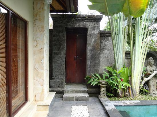 Alas Petulu Cottages: inside villa looking at entrance doors