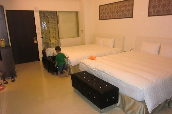 Huyue Lake View Hotel: The family quad with 2 king size beds