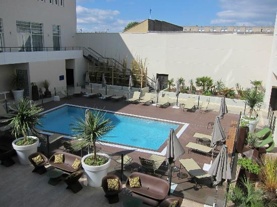 Cour int rieure et piscine picture of novotel avignon for Piscine interieure
