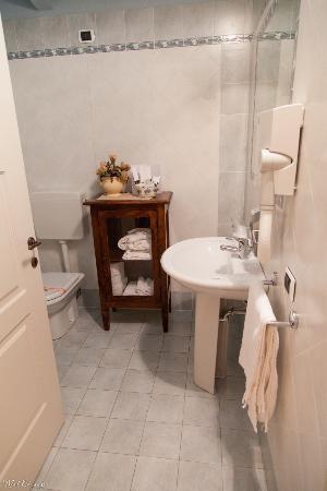 Villa Bongiovanni: Bathroom in the room on the 3rd floor